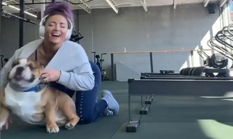 Cô chủ 'dở khóc dở cười' vì bị chó cưng chui vào áo