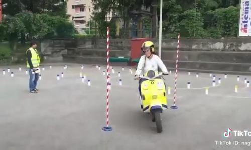 Cô gái thi lái xe khiến đám đông tán trầm trồ