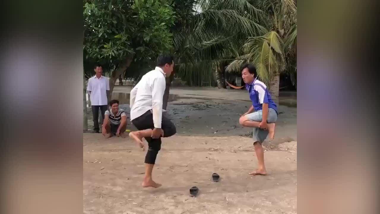 Thanh niên lấm lem bùn đất khi chơi 'chọi gà'