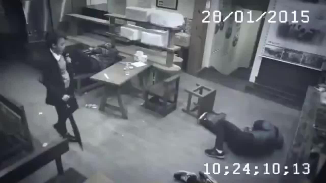 Ba tên côn đồ no đòn vì đụng phải nữ cao thủ
