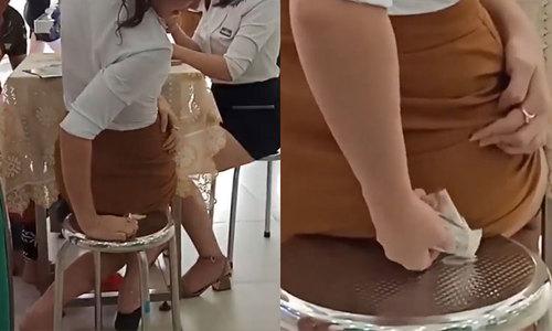 Dính kẹo cao su vào váy vì không cho trai lạ số điện thoại