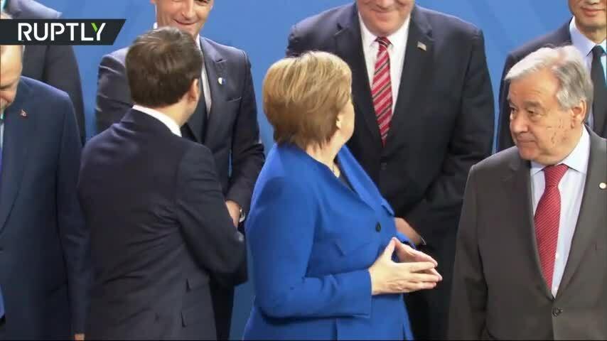 Thủ tướng Đức tìm Putin để chụp ảnh
