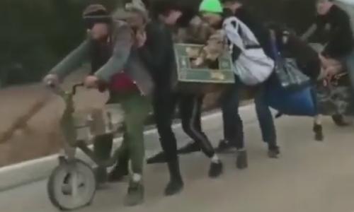 Xe máy tự chế bằng thân cây chở bảy người