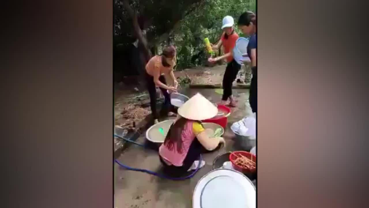 Các chị em trổ tài nhảy múa khi rửa bát