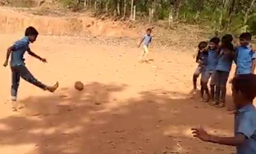 Pha phối hợp đá phạt ghi bàn trên sân đất
