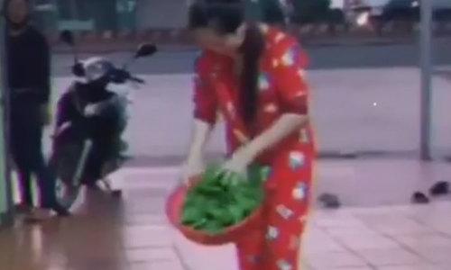 Cô gái vụng về khi vẩy rau