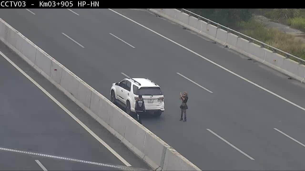 Ôtô thản nhiên dừng chụp ảnh trên cao tốc