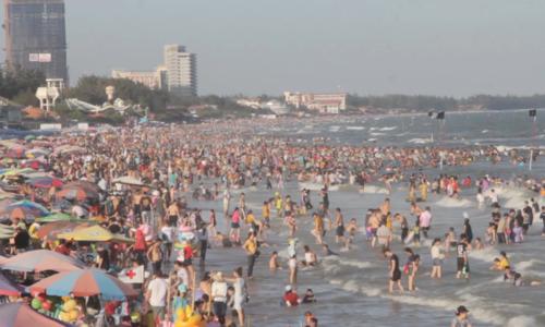Biển Vũng Tàu chật kín người tắm