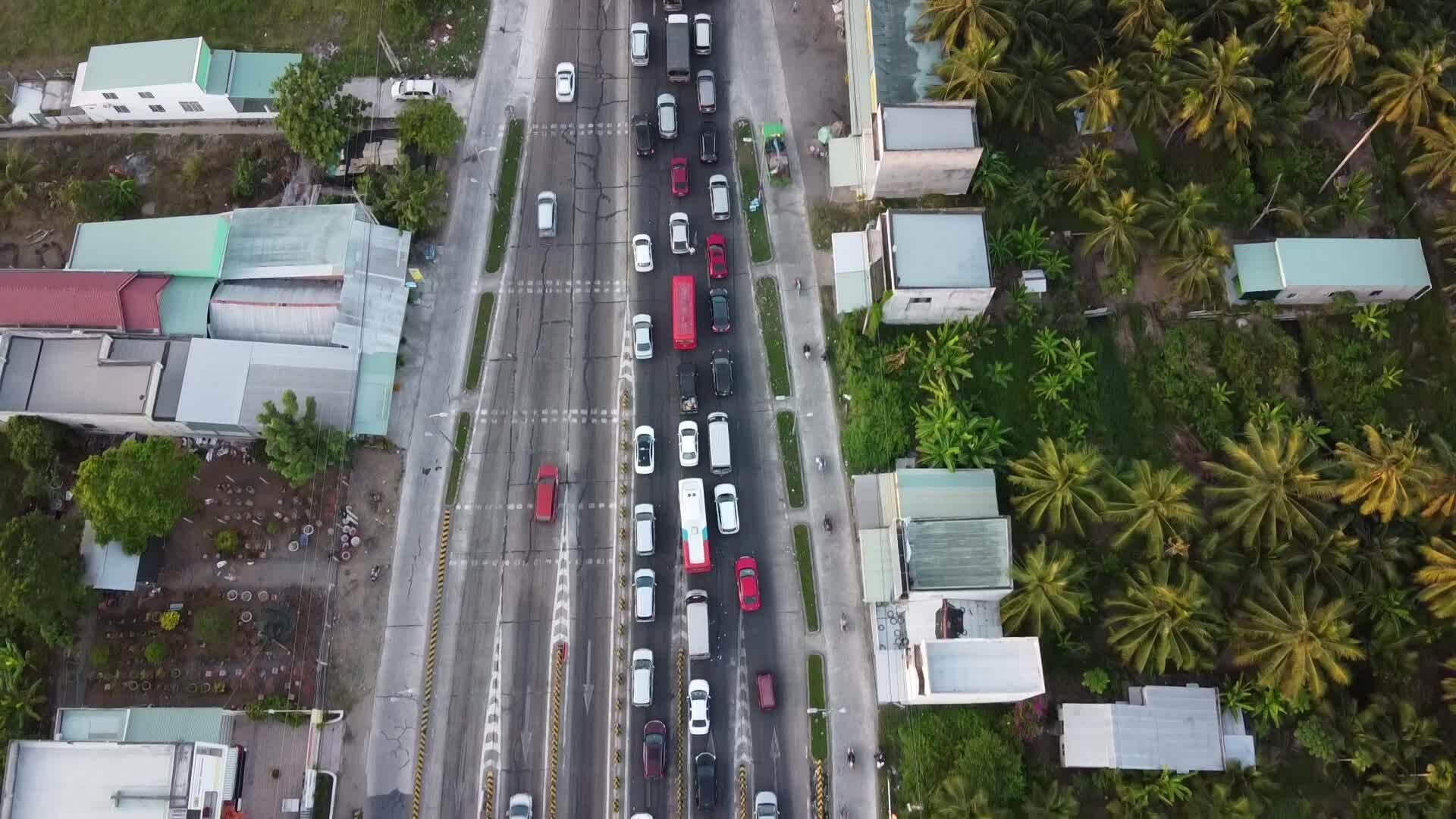 Kẹt xe gần 10 km hai bên cầu Rạch Miễu