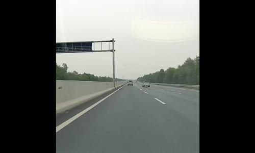 Lexus nổ lốp trên cao tốc