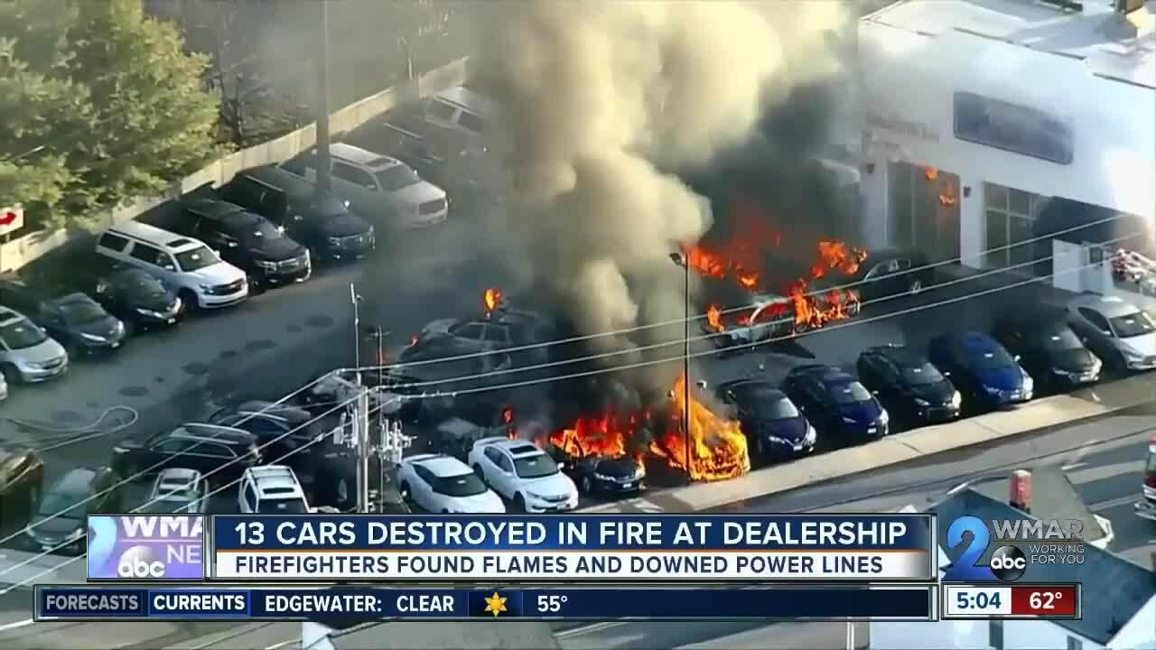 Một loạt xe cháy trụi trong đại lý ôtô