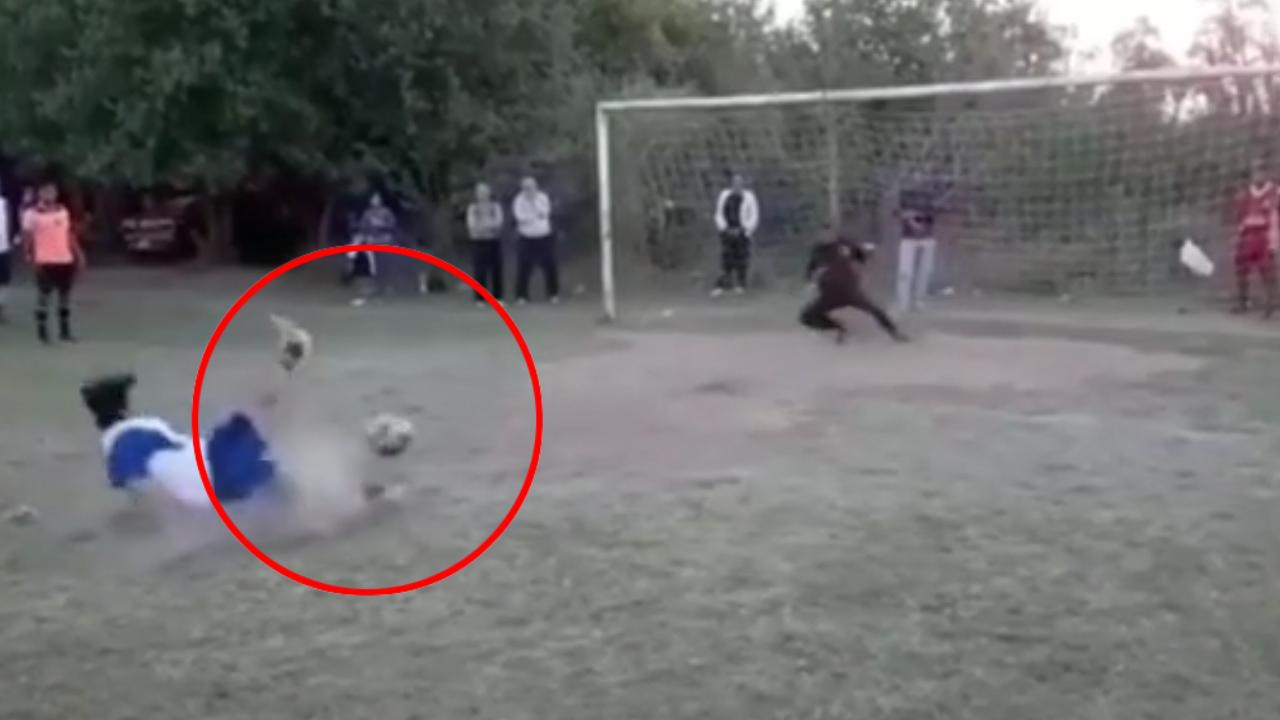 Trượt chân khi đá penalty và cái kết bất ngờ