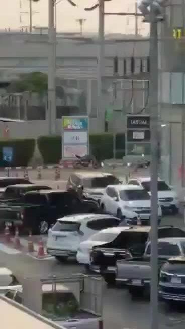 Binh sĩ Thái Lan xả súng giết 12 người