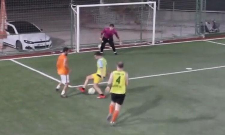 Xỏ háng liên hoàn hậu vệ và thủ môn trước khi ghi bàn