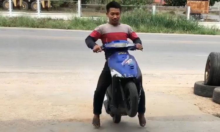 Lao vào nhà vệ sinh khi thử bốc đầu xe máy