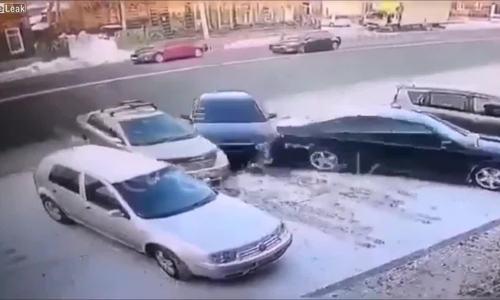 Hai ôtô đâm nhau khi cùng tranh một chỗ đỗ