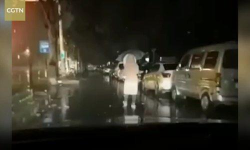 Image result for Chồng rọi đèn cho bác sĩ Vũ Hán đi làm