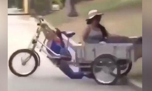 Nữ tài xế khổ sở khi thử tài lái xe