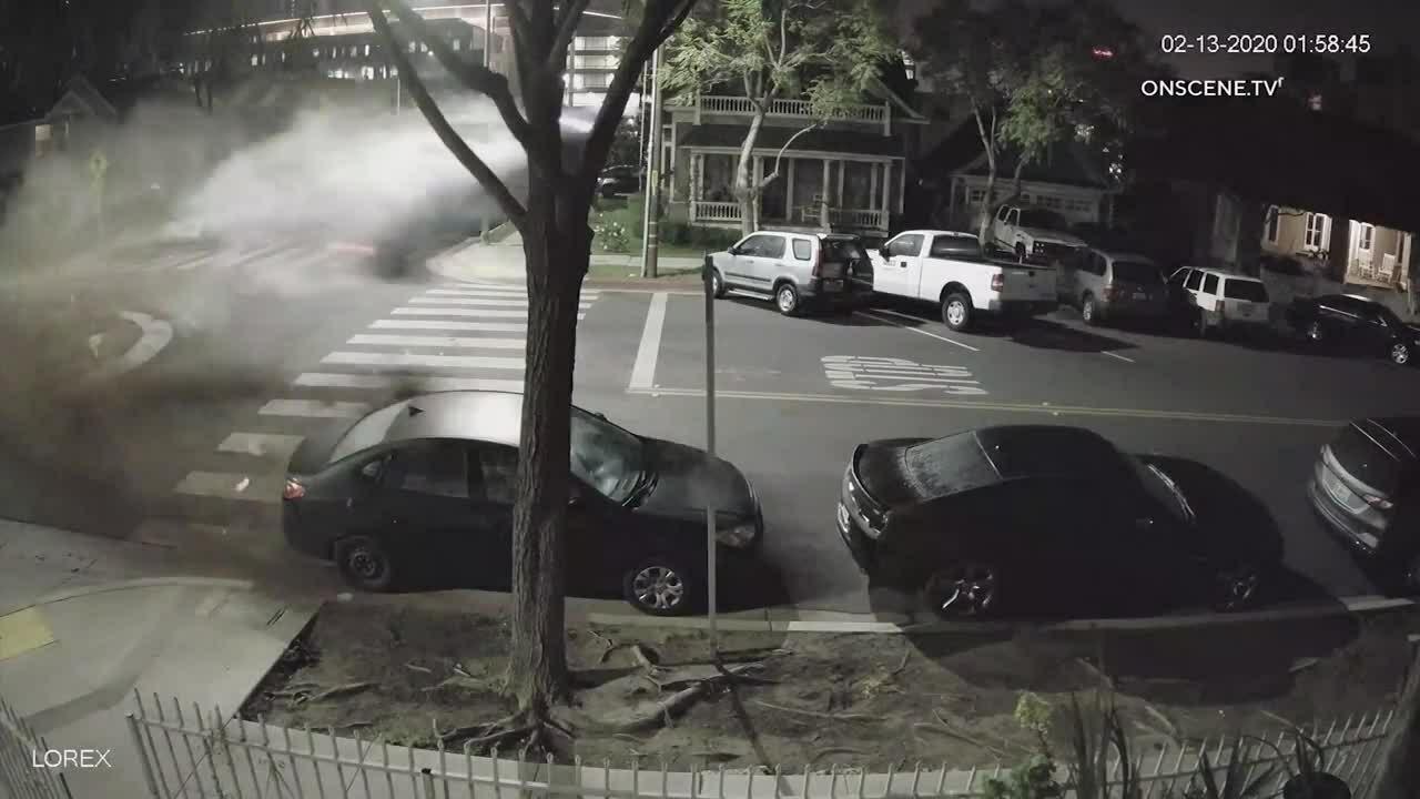 Nữ tài xế lái xe sang bay qua vòng xuyến