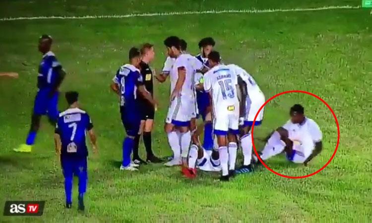Cầu thủ dùng chiêu 've sầu thoát xác' để tránh thẻ đỏ