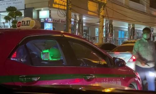 Tài xế taxi tranh thủ tập gym khi kẹt xe