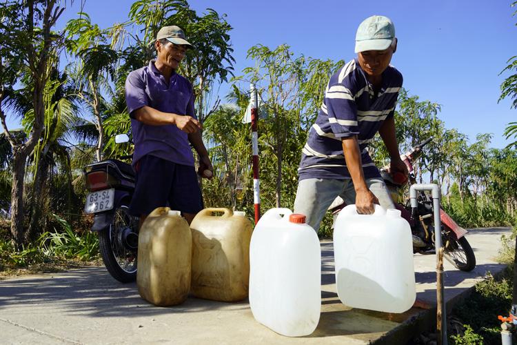Vòi nước miễn phí cho người dân mùa hạn mặn