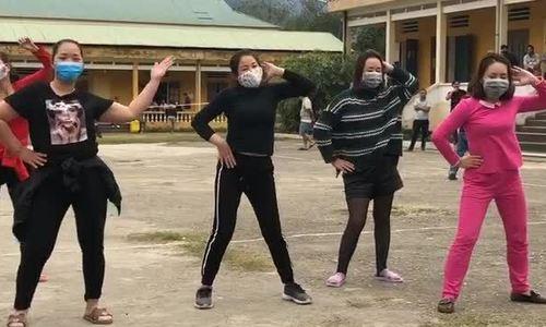 Nhảy múa trong trung tâm cách ly