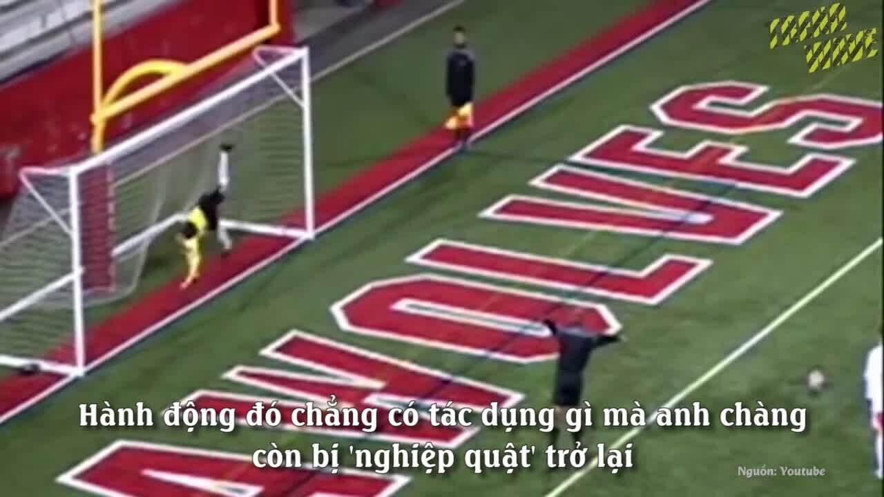 Thủ môn bị 'nghiệp quật' khi trêu ngươi cầu thủ đá penalty