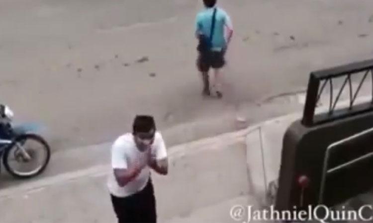 Tên trộm ném trả ví, vái lạy camera khi biết bị phát hiện