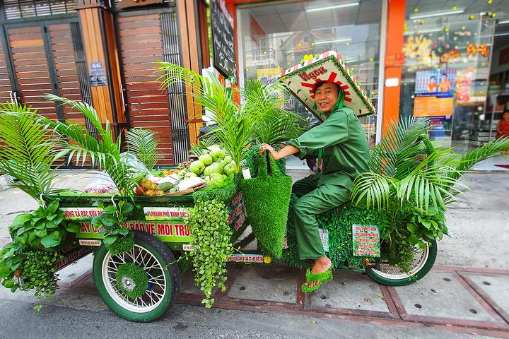 Сайгон: Креативный стиль уличного торговца фруктов (ВИДЕО)