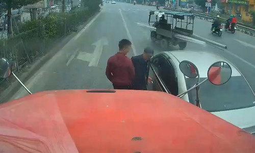 Hai tài xế vui vẻ bắt tay nhau sau va chạm