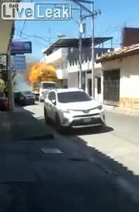 Xe tải bốc cháy khi đang chạy