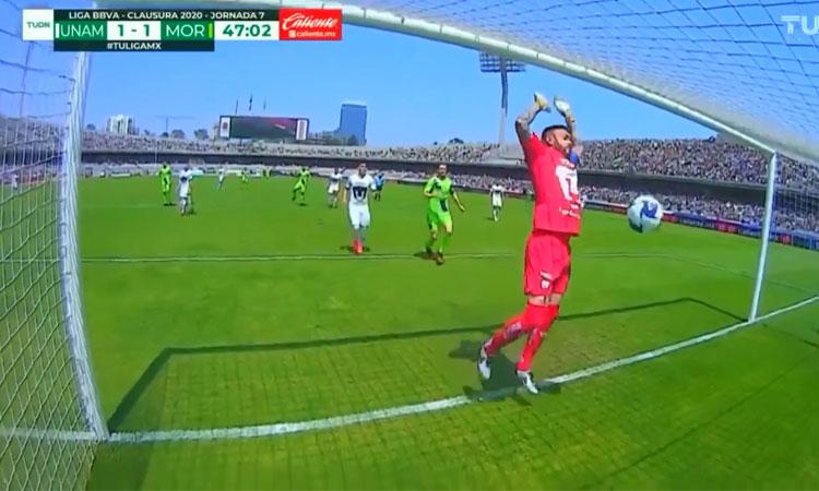 Bắt bóng như 'diễn hài', thủ môn khiến đội nhà thua đau