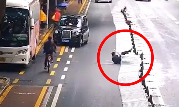 Người đàn ông kéo sập dải phân cách khi sang đường
