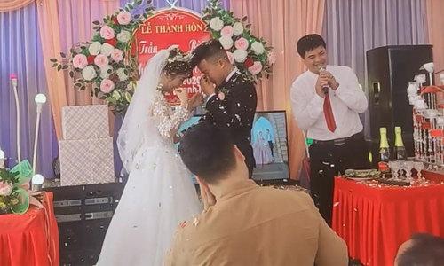 Chú rể không hôn được cô dâu vì pháo giấy