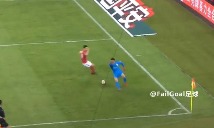 Thủ môn Trung Quốc lao ra vòng cấm như Neuer và cái kết