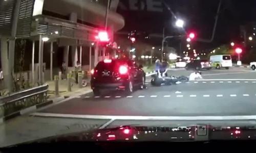 Ôtô đâm văng xe máy dừng đèn đỏ