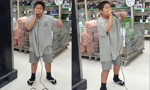 Bé trai trổ tài Beatbox khi thử micro trong siêu thị