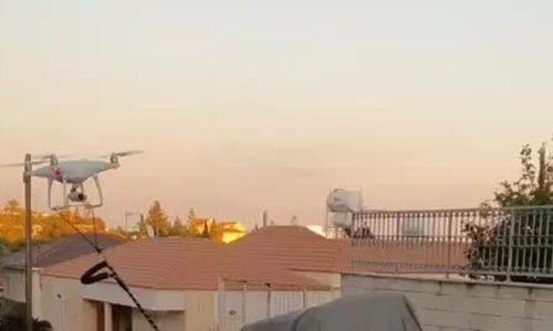 Chủ dùng drone dắt chó đi dạo để tránh Covid-19