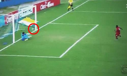 Đổ người sai hướng, thủ môn 'ăn rùa' vẫn cản penalty