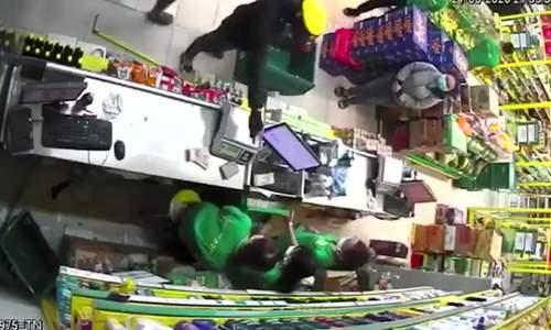 Hai thanh niên dùng súng cướp cửa hàng