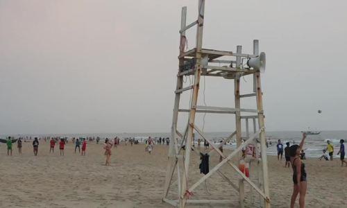 Hàng người Quảng Nam tập trung tắm biển