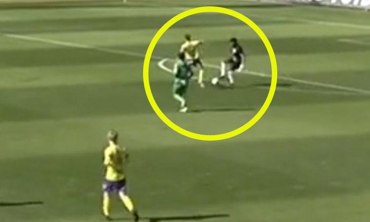 Bị đồng đội làm khó, thủ môn biến đối thủ thành gã hề