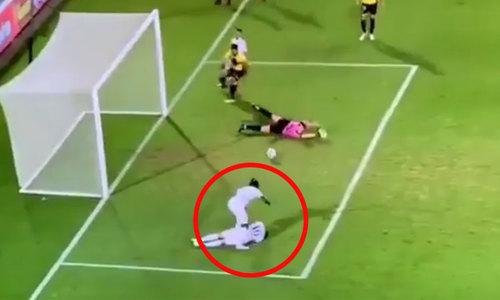 Cầu thủ ghi bàn dù đang chăm sóc đồng đội