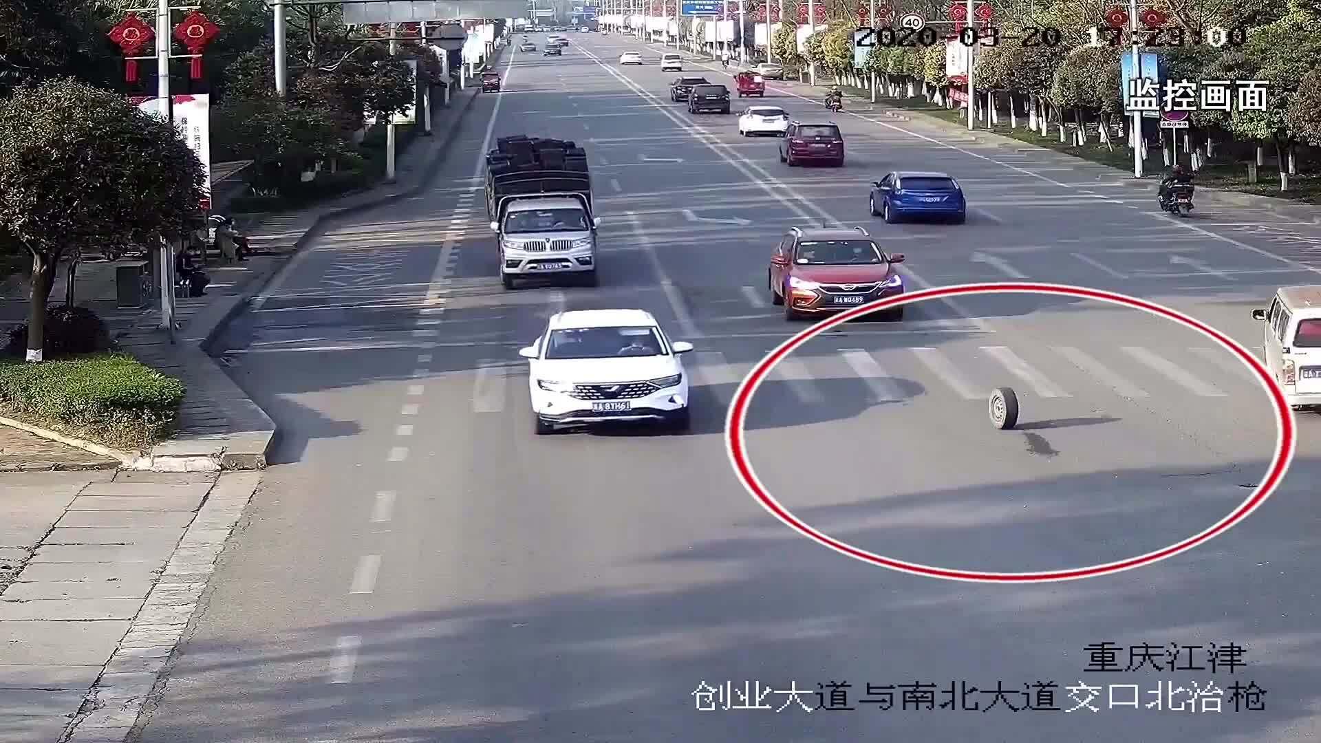 Lốp rơi khỏi ôtô, đánh gục người phụ nữ ngồi đợi xe buýt