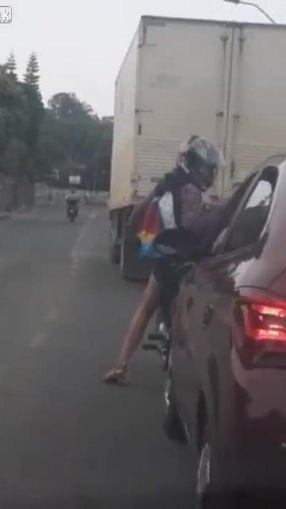 Ôtô chèn ngã người phụ nữ đi xe máy