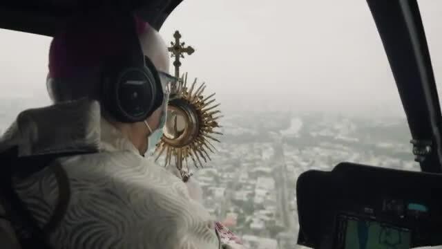 Linh mục vẩy nước ban phước cho thành phố từ trực thăng