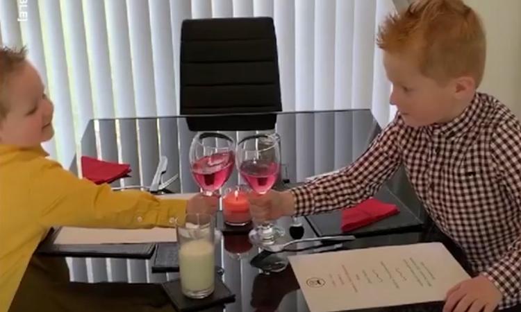 Bố mẹ 'khai trương' nhà hàng phục vụ con trong mùa dịch