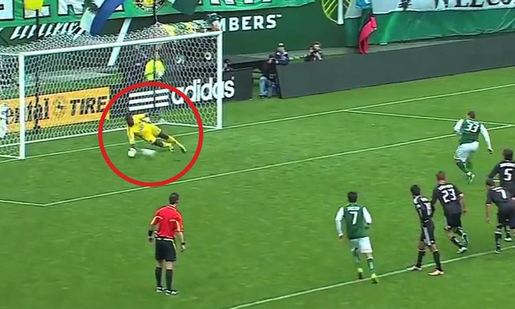 Trọng tài cho đá lại penalty ba lần liên tiếp