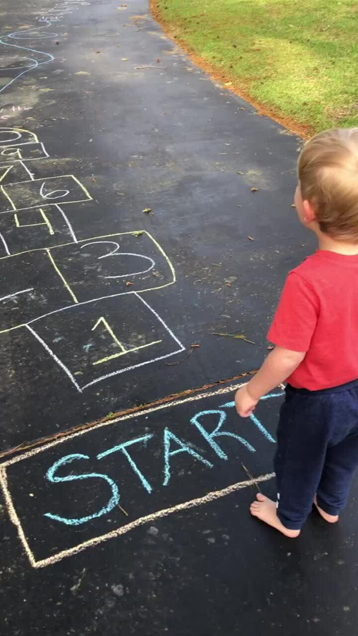 Bố mẹ 'đan xen' thử thách vào những bài học đầu tiên dạy con trai